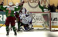Ishockey<br /> GET-Ligaen<br /> 17.01.08<br /> Askerhallen<br /> Frisk Asker Tigers - Vålerenga VIF <br /> Frisk jubler for 3-0 scoring ved Cam Abbott - Tommy Lund fortviler - Chris Abbott jubler bak mål<br /> Foto - Kasper Wikestad