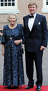 Aankomst van de koninklijke gasten op Paleis Het Loo voor het Diner.<br /> <br /> Arrival of the royal guests at Het Loo Palace for Dinner.<br /> <br /> Op de foto / On the photo: Koning Willem-Alexander en prinses Beatrix / King Willem-Alexander and princess Beatrix