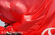 """V. 10. Valencia, 18/05/2007. Un tripulante del """"Emirates Team New Zealand"""" recoge el """"Spinnaker"""" tras vencer al """"Desafio Español 2007"""" en la cuarta regata de la semifinal de la Copa Louis Vuitton, que tiene lugar hoy en la bahía de Valencia. EFE/Kai Försterling"""
