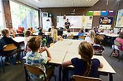 Nederland, Oostrum, 13-8-2013Een klas in een basisschool. Een oudere onderwijzer staat voor de klas. Deze school heeft elke dag lestijden tot 2 uur in de middag.Foto: Flip Franssen/Hollandse Hoogte