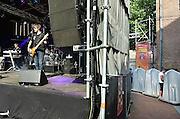 Nederland, Nijmegen, 14-7-2014Recreatie, ontspanning, cultuur, muziek op het koningsplein in de stad aan de rivier Waal tijdens de zomerfeesten. Een van de tientallen feestlocaties in de stad. De vierdaagsefeesten zijn het grootste evenement van Nederland en onlosmakelijk verbonden met de wandelvierdaagse. Urinoir achter een podium met een plasser, man die plast,urineert,urineren,pisbak,pisbakken,urinoirs,plassen,netjes,stank,stinken,bier,nieren,nierfunctieFoto: Flip Franssen/Hollandse Hoogte