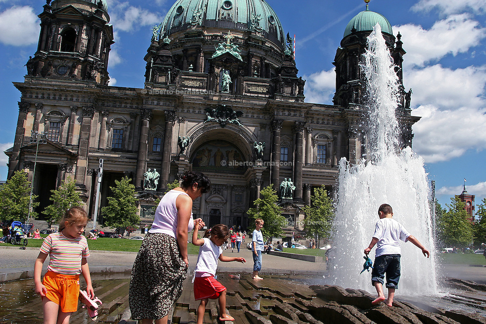 Berlino: playing at the fountain front of the Berliner Dom