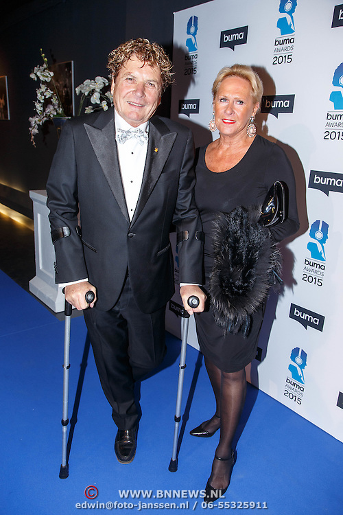 NLD/Hilversum/20150217 - Inloop Buma Awards 2015, Hans van Hemert op krukken en partner