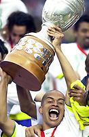 25/07/04 - LIMA - PERU -  COPA AMERICA PERU 2004 -  BRASIL - BRAZIL (5) win by penalty  over ARGENTINA (3) - BRAZIL CHAMPION CELEBRATION.<br />Brazilian Player N*10 ALEX receiving the cup aform FIFA President JOSEPH BLATTER and NICOLAS LEOZ President OF Conmebol.<br />© Str./Argenpress.com