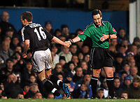 Fotball<br /> Premier League 2004/05<br /> Portsmouth v Chelsea<br /> 28. desember 2004<br /> Foto: Digitalsport<br /> NORWAY ONLY<br /> Arjen Robben shakes hands with Alan Wiley as he is substituted