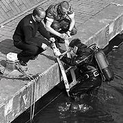 NLD/Huizen/19940921 - Zoekactie wapen van schietpartij door marineduikers Westkade Huizen