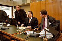 10.03.1999, Deutschland/Bonn:<br /> Gerhard Schröder, SPD, Bundeskanzler, und Heribert Blens, MdB, CDU, Auschußvorsitzender; Schröder unterrichtet die Mitglieder des Bundestags Ausschusses für Angelegenheiten der Europäischen Union über den Gesamtkomplex der Agenda 2000, Abgeordnetenhaus Langer Eugen, Bonn<br /> IMAGE: 19990310-03/01-12<br /> KEYWORDS: Gerhard Schroeder