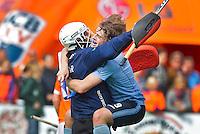 BLOEMENDAAL - Vreugde bij Laren-spelers Salman Akbar (l) en Sander van Someren Greve zondag na de competitiewedstrijd hockey tussen Bloemendaal en Laren (1-2). Foto Koen Suyk