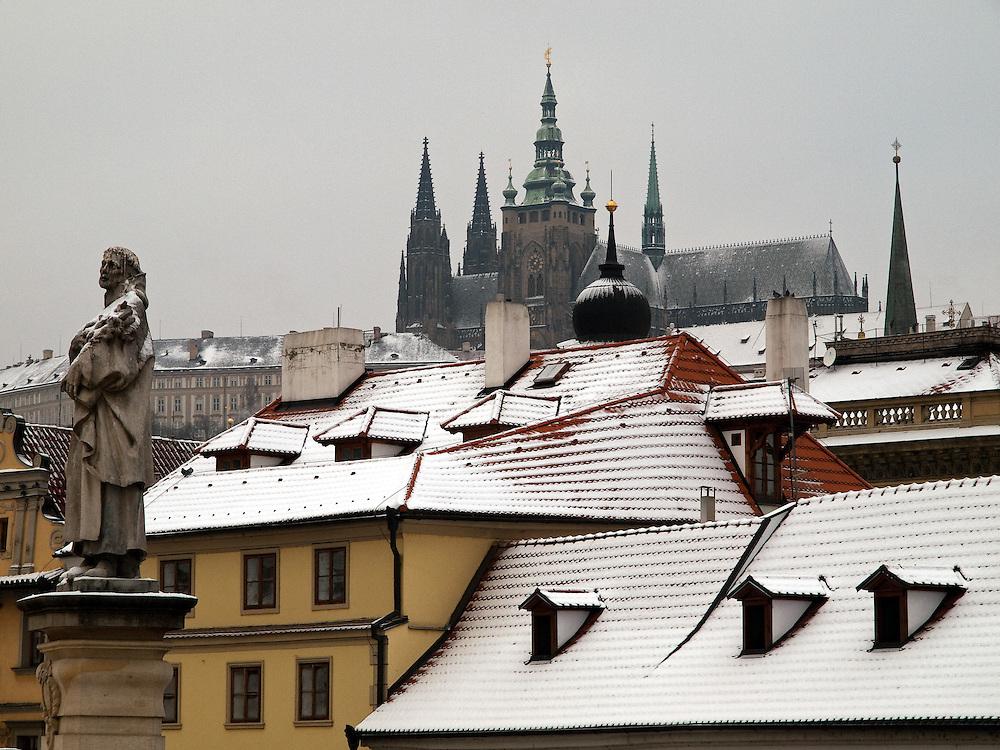 Die Prager Burg und die St. Vitus Kathedrale von der Karlsbrücke aus gesehen.<br />  <br /> Prague castle and the St. Vitus Cathedral seen from Charles Bridge.