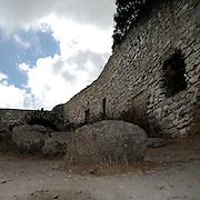 Erice a 750 metri sul monte omonimo, offre una vista spettacolare sulla città di Trapani e le Isole Egadi a nord ovest della costa siciliana..Il cortile del Castello di Venere   ..Erice is located on top of Mount Erice, at around 750m above sea level, overlooking the city of Trapani and the Aegadian Islands on Sicily's north-western coast, providing spectacular views..The courtyard of the Castle of Venus in Erice