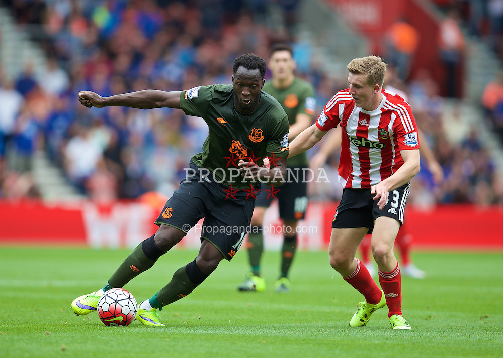 SOUTHAMPTON, ENGLAND - Saturday, August 15, 2015: Everton's Romelu Lukaku in action against Southampton during the FA Premier League match at St Mary's Stadium. (Pic by David Rawcliffe/Propaganda)