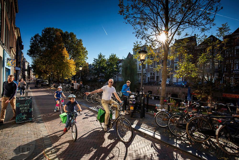 In Utrecht fietst een man met twee kinderen door de binnenstad.<br /> <br /> In Utrecht a man cycles with two children at the city center.