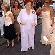 NLD/Naarden/20050527 - Huwelijk jongste zus Rene Froger, moeder Mien