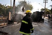 Contagem_MG, Brasil...Acidente envolvendo um caminhao da CEMIG e um caminhao tanque em Contagem. ..An accident involving a CEMIG truck and a tank truck in Contagem...Foto: LEO DRUMOND / NITRO
