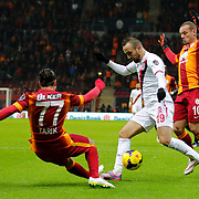 Galatasaray's Wesley Sneijder (R) and Balikesirspor's Sercan Yildirim (C) during their Turkish Super League soccer match Galatasaray between Balikesirspor at the AliSamiYen Spor Kompleksi TT Arena at Seyrantepe in Istanbul Turkey on Monday, 16 February 2015. Photo by Aykut AKICI/TURKPIX