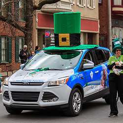 York, P / USAA - March 12, 2016: A large green leprechaun hat on a car roof in the annual Saint Patrick's Day Parade .