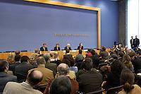 04 MAR 2004, BERLIN/GERMANY:<br /> Guido Westerwelle, FDP Bundessvorsitzender, Angela Merkel, CDU Bundesvorsitzende, Edmund Stoiber, CSU Vorsitzender, und Angela Wefers, Bundespressekonferenz, (Podium v.L.n.R.), waehrend der Pressekonferenz zur Vorstellung eines Kandidaten zur Wahl des Bundespraaesidenten, Bundesspressekonferenz<br /> IMAGE: 20040304-04-035<br /> KEYWORDS: Bundespräsident, Übersicht, Uebersicht