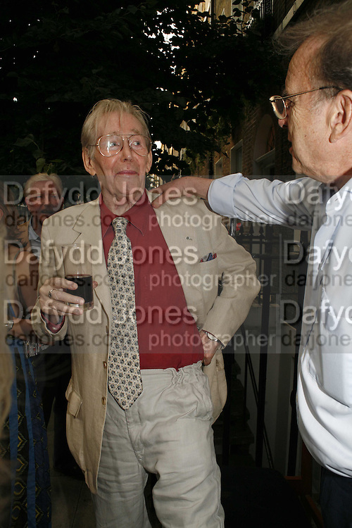 Peter O'Toole, The Spectator At Home. Doughty St. 6 July 2006. ONE TIME USE ONLY - DO NOT ARCHIVE  © Copyright Photograph by Dafydd Jones 66 Stockwell Park Rd. London SW9 0DA Tel 020 7733 0108 www.dafjones.com