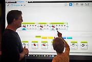 Nederland, Nijmegen, 28-9-2019Open dag voor kinderen en hun ouders in het Technovium. Een robot programmeren met software van lego.Foto: Flip Franssen
