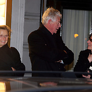 NLD/Amsterdam/20080201 - Verjaardagsfeest Koninging Beatrix en prinses Margriet, Wim en Rita Kok in gesprek wachtend op hun chauffeur