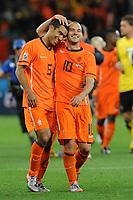FOOTBALL - FIFA WORLD CUP 2010 - 1/2 FINAL - URUGUAY v NETHERLANDS - 6/07/2010 - JOY NETHERLANDS AFTER THE MATCH - GIOVANNI VAN BRONCKHORST AND WESLEY SNEIJDER<br /> PHOTO FRANCK FAUGERE / DPPI