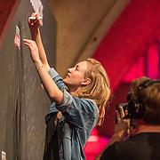 NLD/Utrecht/20200401602 - Cultuur in Actie.nl, Noortje Herlaar tekent de petitie