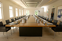 28 JUN 2003, NEUHARDENBERG/GERMANY:<br /> Sitzungssaal mit Konferenztisch leer, vor Beginn der Klausurtagung des Bundeskanbinetts, Schloss Neuhardenberg, Brandenburg<br /> IMAGE: 20030628-01-002<br /> KEYWORDS: Kabinett, Sitzung, Klausur, Kabinettsklausur, Schloß Neuhardenberg, Tisch, Saal, Übersicht, Uebersicht