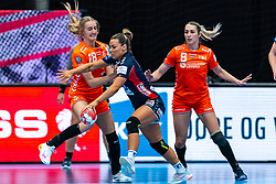 (L-R) Kelly Dulfer of Netherlands, Nora Mork of Norway, Lois Abbingh of Netherlands in action during the Women's EHF Euro 2020 match between Netherlands and Norway at Sydbank Arena on december 10, 2020 in Kolding, Denmark (Photo by RHF Agency/Ronald Hoogendoorn)