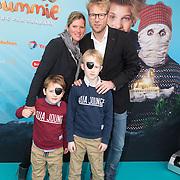 NLD/Amsterdam/20151206 - Filmpremiere Dummie de Mummie en de Sfinx van Shakaba, Leo Alkemade met zijn kinderen en partner Margriet Baalman