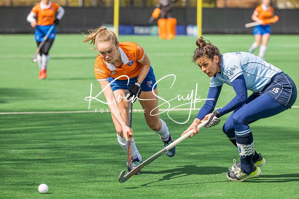 BLOEMENDAAL - Michelle van der Drift (Bldaal) met Macey de Ruiter (Laren) tijdens de hoofdklasse hockeywedstrijd dames , Bloemendaal-Laren (5-1).  UNITED PHOTOS KOEN SUYK