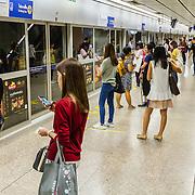 THA/Bangkok/201607111 - Vakantie Thailand 2016 Bangkok, Wachtende mensen in de metro van Bangkok