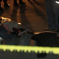 Ecatepec, México.- Seis personas fueron asesinadas la madrugada de este jueves,  al ser emboscadas por un comando armado, de acuerdo a algunas versiones de vecinos, cuando regresaban de realizar la venta de juguetes,  el lugar fue asegurado por elementos de  la policía municipal de Ecatepec y de la SSC. Agencia MVT / Juan García