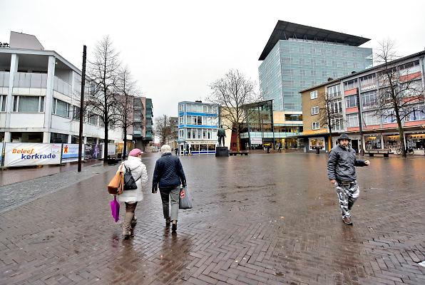 Nederland, Kerkrade, 2-2-2018Straatbeeld Kerkrade,  stadscentrum, Markt met standbeeld mijnwerker .Foto: Flip Franssen