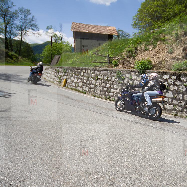 Motociclisti nei pressi della Colma, colle sopra il lago d'Orta<br /> Motorcyclist near La Colma, pass over the Orta lake