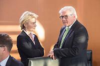 14 JAN 2014, BERLIN/GERMANY:<br /> Ursula von der Leyen (L), CDU, Bundesverteidigungsministerin, und Frank-Walter Steinmeier (R), SPD, Bundesaussenminister, im Gespraech, vor Beginn der Kabinettsitzung, Bundeskanzleramt<br /> IMAGE: 20150114-01-023<br /> KEYWORDS: Sitzung, Kabinett, Gespräch