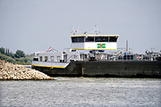 Nederland, Nijmegen, 19-8-2018 Door de aanhoudende droogte staat het water in de rijn, ijssel en waal extreem laag . Schepen moeten minder lading innemen om niet te diep te komen . Hierdoor is het drukker in de smallere vaargeul. Door uitblijven van regenval in het stroomgebied van de rijn komt het record, laagterecord in zicht . Veel mensen vermaken zich op het strand wat door het lage water ontstaan is.Foto: Flip Franssen