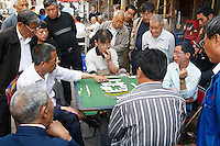 Chine, Shanghai, Nanshi l'ancienne ville chinoise, marche aux puces de Dongtai Lu, joueur de domino. / China, Shanghai, Nanshi the old chinese city, antique market at Dongtai Lu, domino player