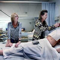 Nederland, Amsterdam , 18 juni 2014.<br /> Verzorging IG afdeling bij ROC.<br /> Afdeling Care.<br /> Docent Barbera Lampe kijkt toe hoe oudere laatste jaar studente Petra Klinkert oefent op een pop om een sonde in te brengen.<br /> Foto:Jean-Pierre Jans