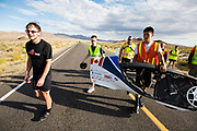 Calvin Moes tijdens de vierde racedag. In Battle Mountain (Nevada) wordt ieder jaar de World Human Powered Speed Challenge gehouden. Tijdens deze wedstrijd wordt geprobeerd zo hard mogelijk te fietsen op pure menskracht. De deelnemers bestaan zowel uit teams van universiteiten als uit hobbyisten. Met de gestroomlijnde fietsen willen ze laten zien wat mogelijk is met menskracht.<br /> <br /> In Battle Mountain (Nevada) each year the World Human Powered Speed ??Challenge is held. During this race they try to ride on pure manpower as hard as possible.The participants consist of both teams from universities and from hobbyists. With the sleek bikes they want to show what is possible with human power.