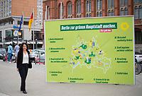 DEU, Deutschland, Germany, Berlin, 25.08.2021: Bettina Jarasch, Kandidatin der Berliner Grünen für das Amt der Regierenden Bürgermeisterin von Berlin, bei der Vorstellung des Entwurfs eines Kurz-Regierungsprogramms von BÜNDNIS 90/DIE GRÜNEN Berlin vor dem Roten Rathaus.