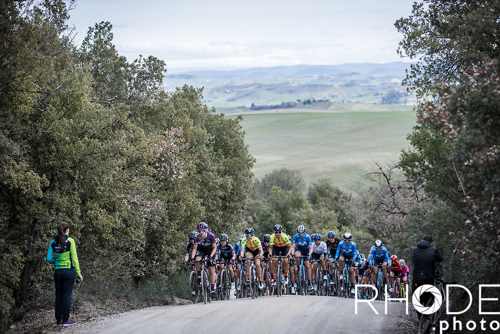 peloton on the 2nd gravel section of the day<br /> <br /> 7th Strade Bianche Women Elite <br /> Siena > Siena 136km<br /> <br /> ©RhodePhoto