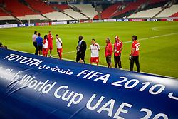 Técnico Celso Roth e equipe do S.C. Internacional durante reconhecimento do gramado no Mohammed Bin Zayed Stadium. O Internacional participa de 8 a 18 de dezembro do Mundial de Clubes da FIFA, em Abu Dhabi. FOTO: Jefferson Bernardes/Preview.com