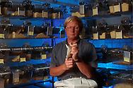 Deutschland, DEU, Halle/Saale: Professor Rolf Gattermann, Spezialist für Goldhamster (Mesocricetus auratus), forscht an der Martin-Luther-Universität Halle-Wittenberg. Im Institut für Zoologie hält er einen Goldhamster, der untersucht werden soll. Im Hintergrund Käfige mit Goldhamstern.   Germany, DEU, Halle/Saale: Prof. Dr. Rold Gattermann, specialized on Golden Hamster (Mesocricetus auratus) research at the Martin-Luther-University of Halle-Wittenberg, Germany at the laboratory, holding a hamster for a check, in the back hamsters in their cages.  