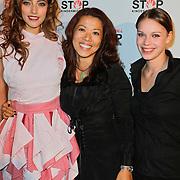 NLD/Blaricum/20111120 - Benefietdiner St. Stop Kindermisbruik, Marvy Rieder in een servettenjurk samen met Wimmy Hu, eigenaresse van restaurant Red Sun en de ontwerpster van de jurk