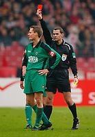 Bundesliga, 14. februar 2004,, Schiedsrichter Jörg Kessler zeigt Enrico Gaede Gladbach die gelb-rote Karte<br /> Bundesliga VfB Stuttgart - Borussia Mönchengladbach