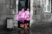 Carnaval vierders schuilen voor de regen, Maastricht