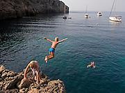 Children enjoying a summer day diving into the sea at a beach near Palma de Majorca, Spain.<br /> <br /> Un grupo de niños se divierte saltando al mar desde las rocas un día de verano en una playa cerca de Palma de Mallorca (España).