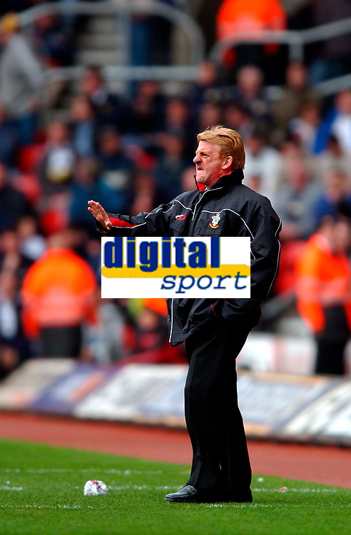 Photo. Richard Lane<br />Southampton v Leeds United. Barclaycard Premiership 19/04/2003.<br />Gordon Strachen gets his team to keepn thier cool
