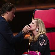 NLD/Hilversum/20140221 - Finale The Voice Kids 2014, Leco van Zadelhoff werkt de lipstick bij van Angela Groothuizen