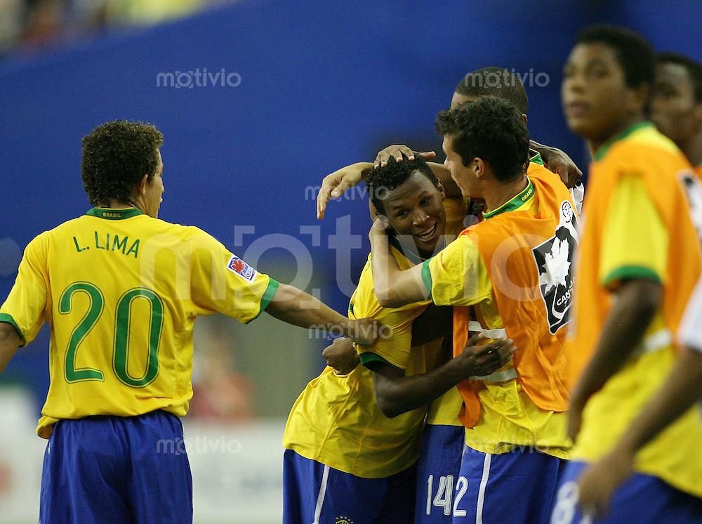 Fussball International U 20 WM  Brasilien - Korea JUBEL BRA; Torschuetze Amaral (mitte) umarmt von seinem Team